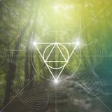 Symbole sacré de la géométrie sur le fond brouillé de photo Mathématiques et spiritualité en nature Image stock