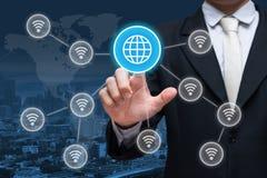 Symbole social de wifi de réseau de contact de main d'homme d'affaires sur le backgr de ville Image libre de droits