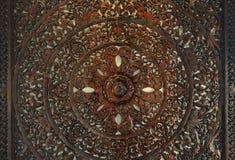 Symbole spirituel décoratif sculpté de cercle en bois d'écoulement de lotus photographie stock libre de droits