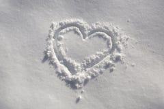 Symbole tiré par la main de coeur dans la neige Image libre de droits