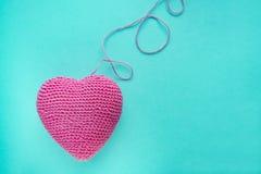 Symbole tricoté de forme de coeur fait à partir de la laine Photos libres de droits