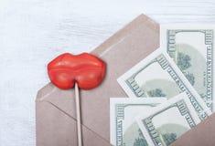 Symbole vendant l'amour et le paiement illicite d'argent argent, les lèvres des femmes Image stock