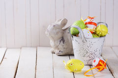 Symbole von Ostern - Ostern-Kaninchen und -eiern Stockfotografie