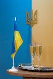 Symbole von Ukraine und von Gläsern Champagner Stockbild