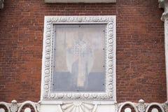 Symbolen av StNicholas av Mozhaisk över det portNikolskaya tornet Royaltyfri Foto