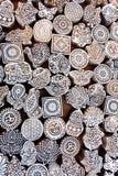 Symbolen, bladeren, zon, overzeese vissen op houten oppervlakte van vormblokken voor traditionele druktextiel Oud ontwerp in Indi Royalty-vrije Stock Afbeeldingen