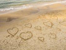 Symbolen van de harten die op het zand op het strand van Tel. Baruch trekken De promenade van Tel Aviv israël stock foto