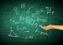 Symbolen van de school Onderwijs concept Illustratie 3d van onderwijsconcept Formules, tekeningen en brieven langs Stock Afbeeldingen