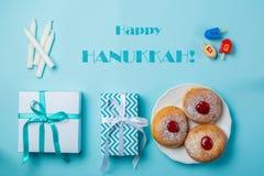 Symbolen van hanukkah op blauwe achtergrond stock afbeeldingen