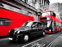 Symbolen van Londen, het UK Rode bussen, zwarte taxicabine Rebecca 36 stock afbeeldingen