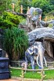 Symboler av buddism - skulpturer av elefanter, statyer av munkar på territoriet av templet Royaltyfria Foton