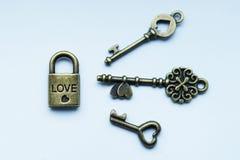 Symboler av förälskelselåset och tangenter Arkivfoton
