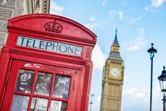 Symboler av London, en röd telefonask och Big Ben inline Arkivbilder