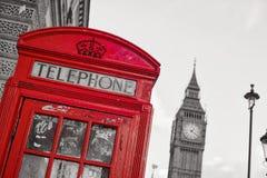 Symboler av London inline med den isolerade röda telefonasken Fotografering för Bildbyråer