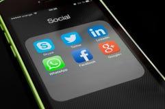 Symboler av sociala massmediaapps på iphoneskärmen Fotografering för Bildbyråer