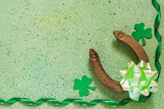 Symboler av Sts Patrick dag: hästsko treklöverväxt av släktet Trifolium, gräsplan Arkivbilder