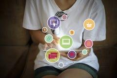 Symboler för applikationprogramvara på tapleten, affärsidé som shoppar Royaltyfri Fotografi
