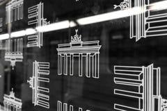 Symboler för Brandenburg port på det U-Bahn för BVG-gångtunneldrev fönstret Royaltyfri Fotografi