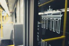 Symboler för Brandenburg port på det U-Bahn för BVG-gångtunneldrev fönstret Fotografering för Bildbyråer
