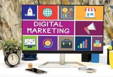 Symboler för Digital marknadsföringsbegrepp på kontorstabelldatoren Arkivfoton