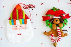 Symboler för glad jul - bokstäver, jultomten, hund på Xmas-kransintelligens Arkivfoto