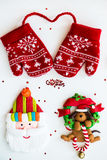 Symboler för glad jul - bokstäver, röda stack tumvanten, jultomten, D Royaltyfria Foton