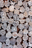Symboler sidor, sol, havsfisk på träyttersida av formkvarter för traditionell printingtextil Gammal design i Indien Royaltyfria Bilder