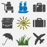 symboler ställde in loppvektorn Symboler semester, resväska, paraply a Arkivbild