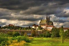 Symbolerna av de forntida kyrkorna för Brno stads` s, slottar Spilberk Tjeckisk republik Europa HDR - foto royaltyfria bilder