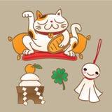 Symboles chanceux japonais : montrer le chat, le riz-gâteau rond de nouvelle année offrant, la poupée ensoleillée et le trèfle à  Images libres de droits