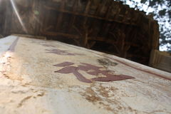 Symboles chinois antiques dans un temple bouddhiste en Asie Photos libres de droits