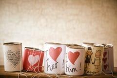 Symboles d'amour et de mariage sur des boîtes en métal Photo libre de droits
