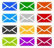 Symboles d'enveloppe dans 12 couleurs comme contact, appui, icônes d'email, Image stock