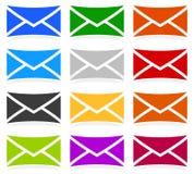 Symboles d'enveloppe dans 12 couleurs comme contact, appui, icônes d'email, Images stock