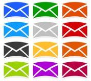 Symboles d'enveloppe dans 12 couleurs comme contact, appui, icônes d'email, Photographie stock
