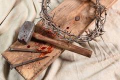 Symboles de crucifixion au-dessus de tissu de vintage Image stock