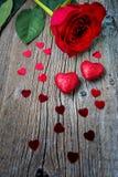 Symboles de jour ou de mariage de valentines une rose et coeurs de rouge Photos libres de droits