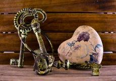 Symboles de l'amour, l'amitié et la confiance, un beau coeur et les clés à lui, photo stock