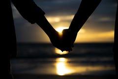 Symboles de l'amour silhouettez les couples de la participation de main de l'homme et de femme Images stock
