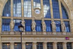 Symboles de la ville sur la façade de Gare du Nord Images libres de droits
