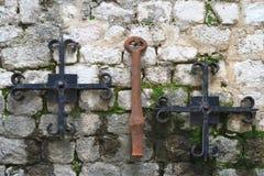 Symboles du christianisme sur le vieux mur Images libres de droits