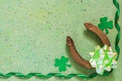 Symboles du jour de St Patrick : fer à cheval, trèfle d'oxalide petite oseille, vert Images stock