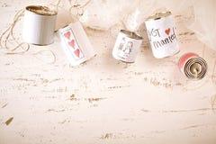 Symboles griffonnés d'amour et de mariage sur des boîtes en métal Photos libres de droits