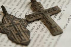 Symboles orthodoxes religieux sous forme de croix sur un livre ouvert, antiquités du XVIIIème siècle Photographie stock libre de droits
