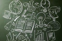 Symboles tirés par la main des matières d'enseignement sur un tableau Image libre de droits