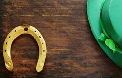 Symbolet av dagen för St Patrick ` s är en guld- hästsko Royaltyfri Bild