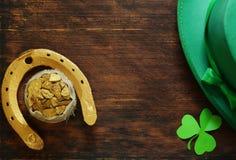 Symbolet av dagen för St Patrick ` s är en guld- hästsko Fotografering för Bildbyråer
