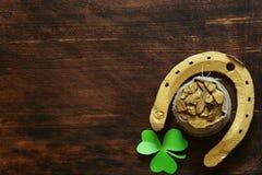 Symbolet av dagen för St Patrick ` s är en guld- hästsko Royaltyfria Bilder