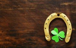 Symbolet av dagen för St Patrick ` s är en guld- hästsko Arkivfoto