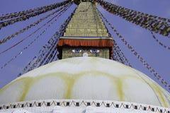 Symbolet av fred är Buddha Boudhanath är stället var buddistiskt folkbruk att göra rundan till deras lord Buddha Arkivbild